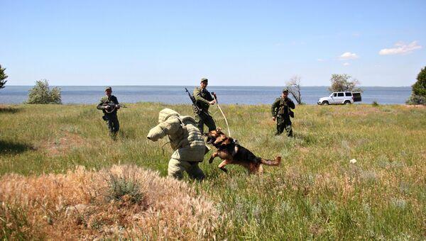 Тренировка по задержанию нарушителя крымскими пограничниками на заставе в северном Крыму