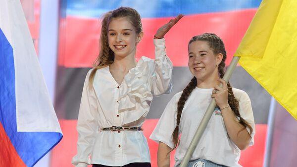 Финалистка песенного конкурса Детская Новая волна в МДЦ Артек Ева Лёпа из Украины (на фото слева)