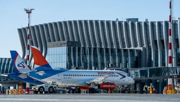 Самолет новой авиакомпании в новом терминале аэропорта Симферополь
