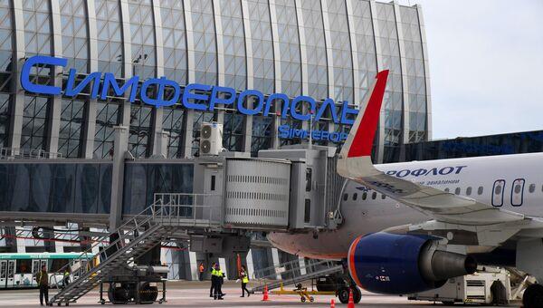 Самолет Аэрофлота у рукава для посадки и высадки пассажиров  нового терминала Крымская волна международного аэропорта Симферополь