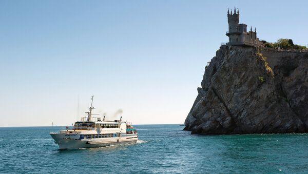 Прогулочный теплоход у замка Ласточкино гнездо в Крыму