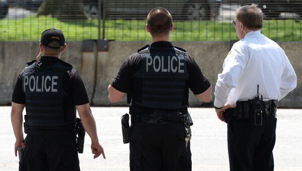 Сотрудники полиции США у территории Белого дома в Вашингтоне
