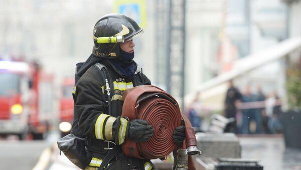 Сотрудник пожарной охраны МЧС РФ во время пожара. Архивное фото
