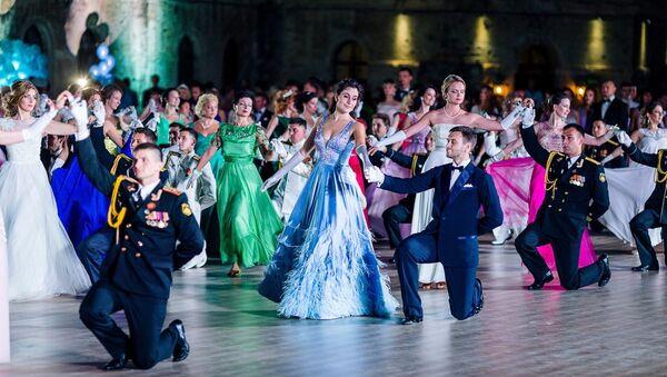 Участники пятого Большого севастопольского благотворительного офицерского бала Бегущие по волнам
