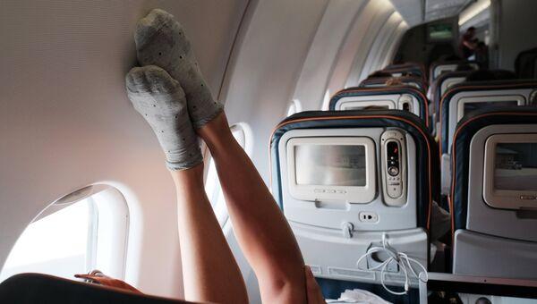 Пассажир в самолете во время полета. Архивное фото