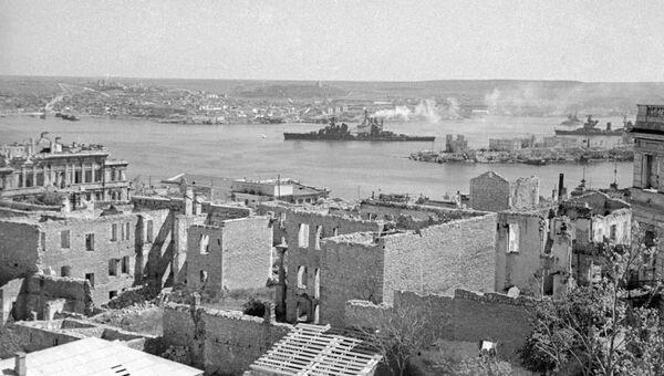 Разрушенные дома в районе Северной бухты и Павловского мыса. 1942 год