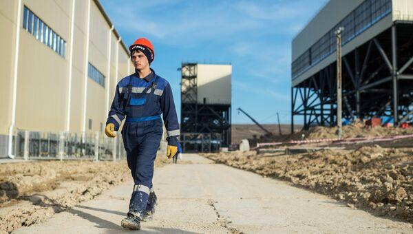 Рабочий на месте строительства Балаклавской (Севастопольской) ТЭС в Крыму
