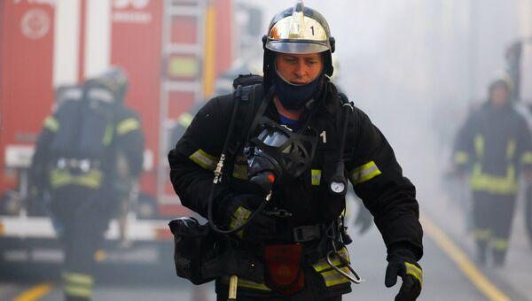 Сотрудники МЧС работают на месте пожара. Архивное фото