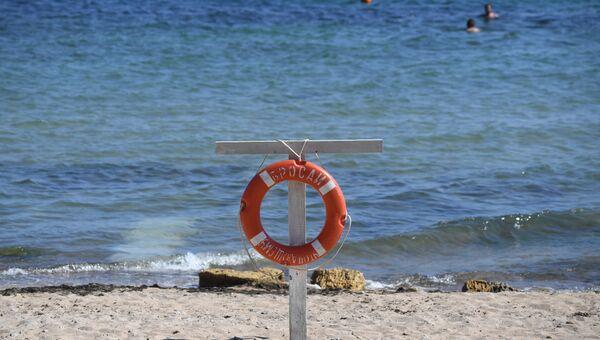 Спасательный круг на пляже в Крыму