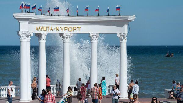 Отдыхающие на набережной в Алуште в Крыму