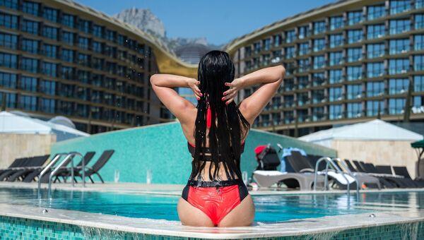 Девушка в бассейне. Архивное фото