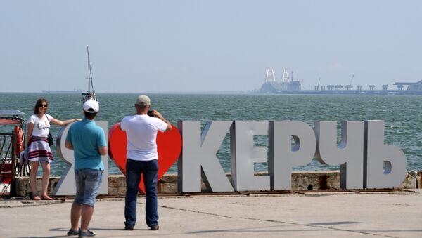 Отдыхающие фотографируются у арт-объекта Я люблю Керчь на набережной города-героя