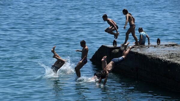 Дети купаются в море. Архивное фото