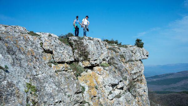 Туристы на территории пещерного города Мангуп в Бахчисарайском районе Крыма