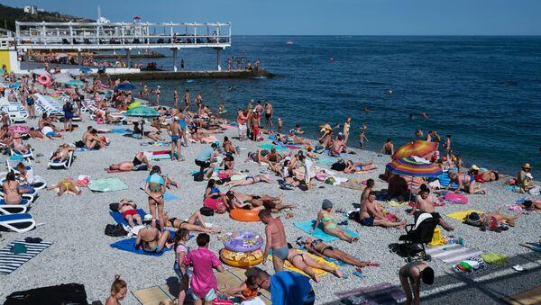 Отдыхающие на Массандровском пляже в Ялте.