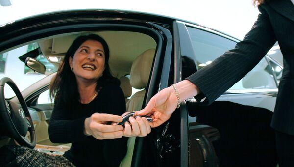 Женщина покупает автомобиль. Архивное фото