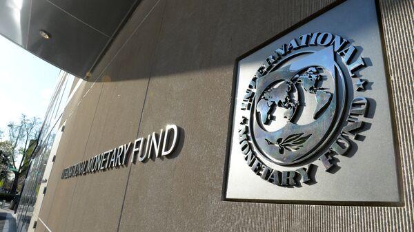 Табличка с логотипом Международного валютного фонда на стене здания МВФ.