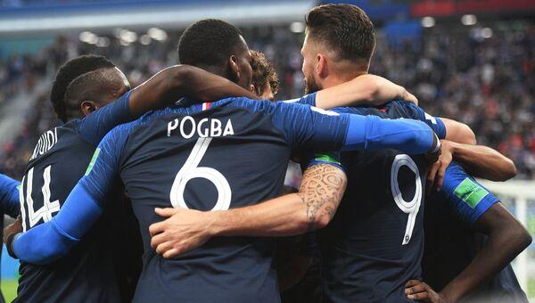 Игроки сборной Франции радуются забитому голу в полуфинальном матчем чемпионата мира по футболу между сборными Франции и Бельгии