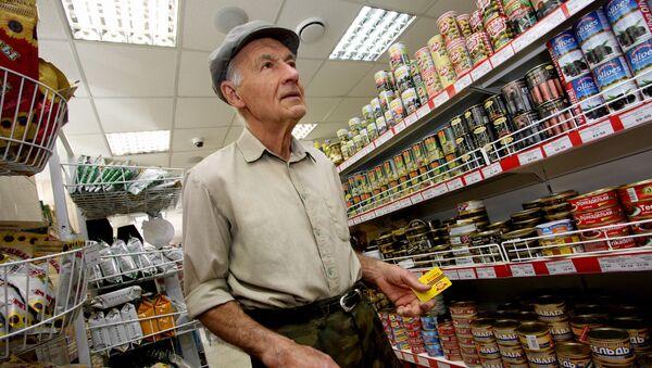 Покупатель в продуктовом магазине. Архивное фото