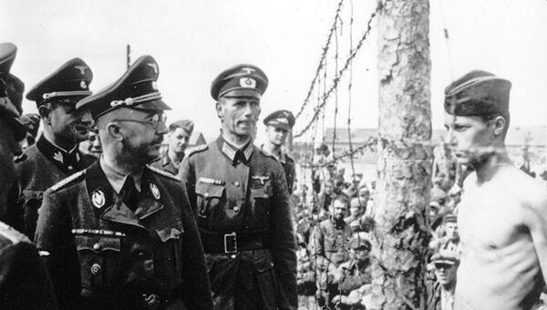 Глава нацистских германских СС и гестапо Генрих Гиммлер осматривает немецкий военнопленный лагерь в Советском Союзе