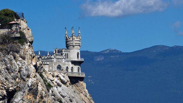 Замок Ласточкино гнездо на береговой скале в поселке Гаспра в Крыму.