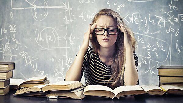 Студентка готовится к экзаменам