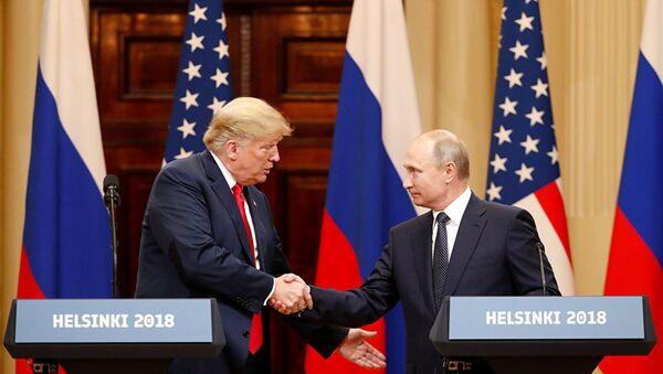 Президент России Владимир Путин и президент США Дональд Трамп во время пресс-конференции в Хельсинки. 16 июля 2018