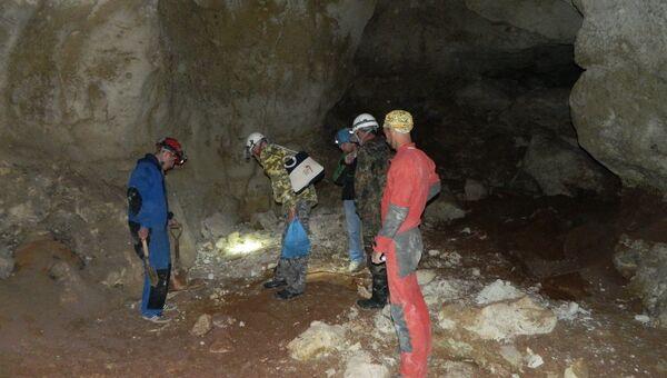 Ученые работают в пещере, найденной в районе пос. Зуя на месте строительства трассы Таврида