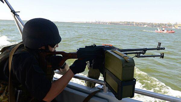 Украинский военный во время патрулирования Азовского моря