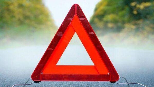 Дорожный знак на месте ДТП. Архивное фото