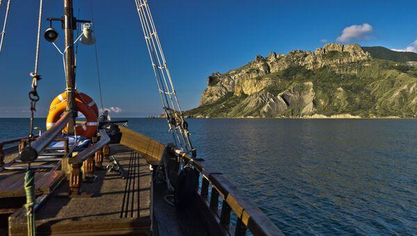 Вид на горный вулканический массив Карадагского природного заповедника с борта прогулочного катера