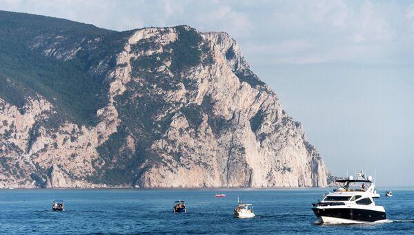Лодки с отдыхающими на Черном море в Балаклаве