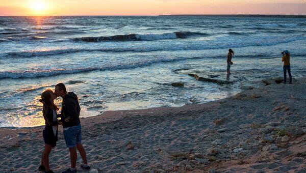 Отдыхающие на берегу поселка Оленевка в Крыму