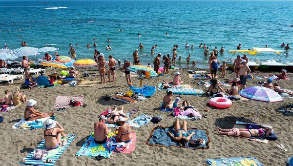 Отдыхающие на берегу в Судаке, Крым