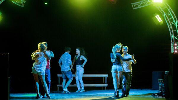 Отдыхающие танцуют на берегу поселка Оленевка во время фестиваля Крым-eXstreme