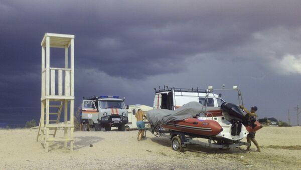 Спасатели на пляже на западе Крыма