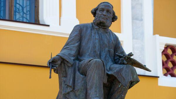 Памятник И. К. Айвазовскому у здания картинной галереи имени И.К. Айвазовского в Феодосии