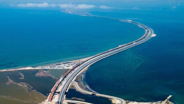 Автомобильное движение по трассе с автоподходами к Крымскому мосту.