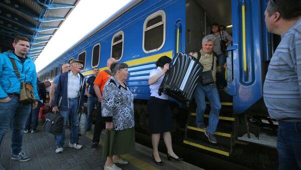 Пассажиры поезда №005 Украина по маршруту Москва-Киев на перроне Центрального вокзал в Киеве.