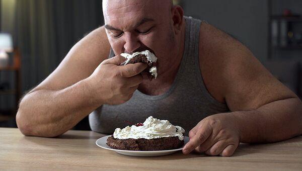 Мужчина, страдающий лишним весом