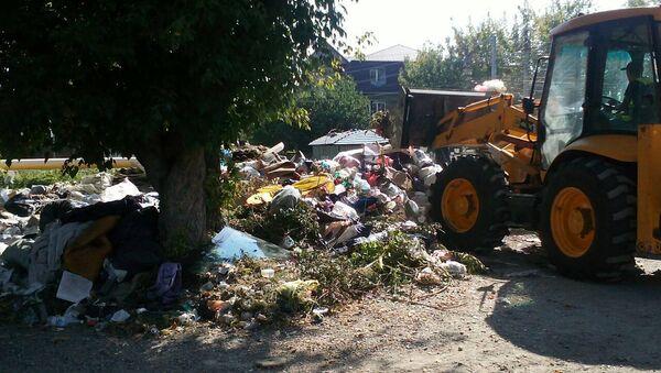 Спецтехника убирает мусорные навалы. Архивное фото