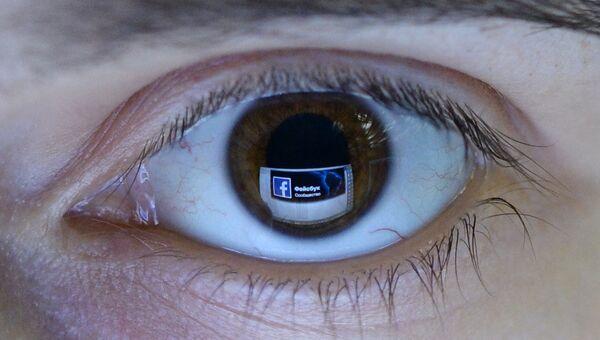 Отражение страницы социальной сети Фейсбук в глазу.