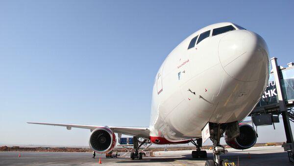 Обслуживание самолета в аэропорту Симферополь. Архивное фото
