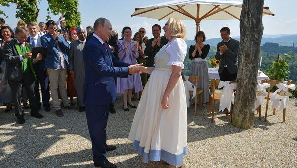 Президент РФ Владимир Путин после танца с министром иностранных дел Австрии Карин Кнайсль на ее свадьбе с финансистом Вольфгангом Майлингером