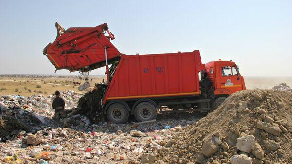 Выгрузка мусора на полигоне ТБО в Тургенево