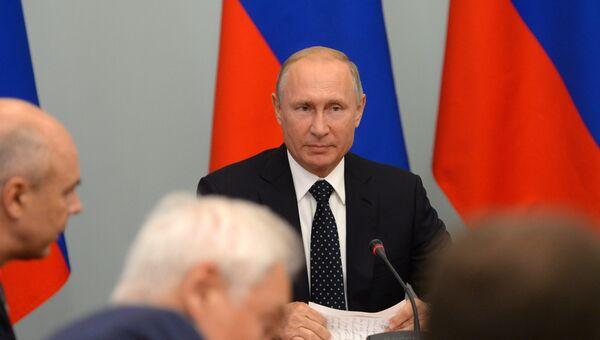 Президент РФ Владимир Путин проводит совещание по социально-экономическим вопросам