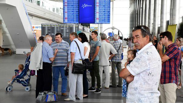 Пассажиры в новом терминале аэропорта Симферополь