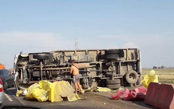 Авария с участием грузового автомобиля Tata произошла накануне на трассе Симферополь-Керчь