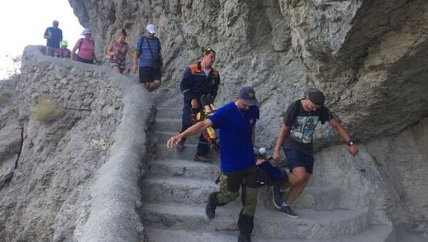 Эвакуация женщины с тропы Голицына в Новом Свете