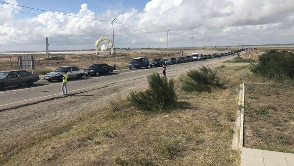 Очередь из машин на границе Крыма и Украины в пункте пропуска Джанкой. 7 сентября 2018